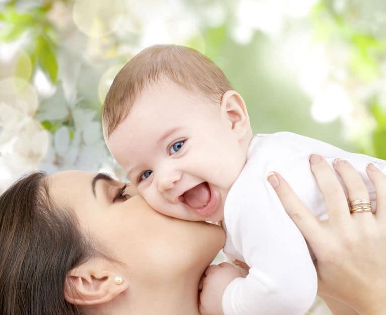 mamma che abbraccia un neonato