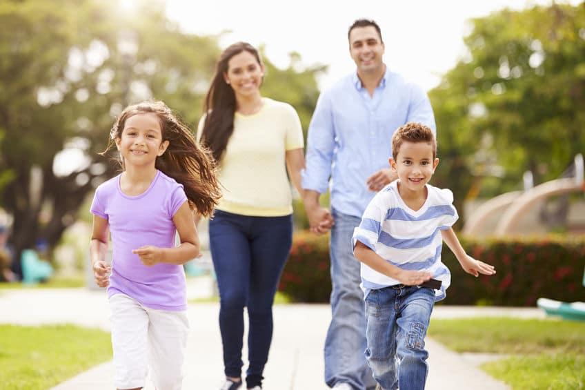 famiglia che fa esercizio fisico